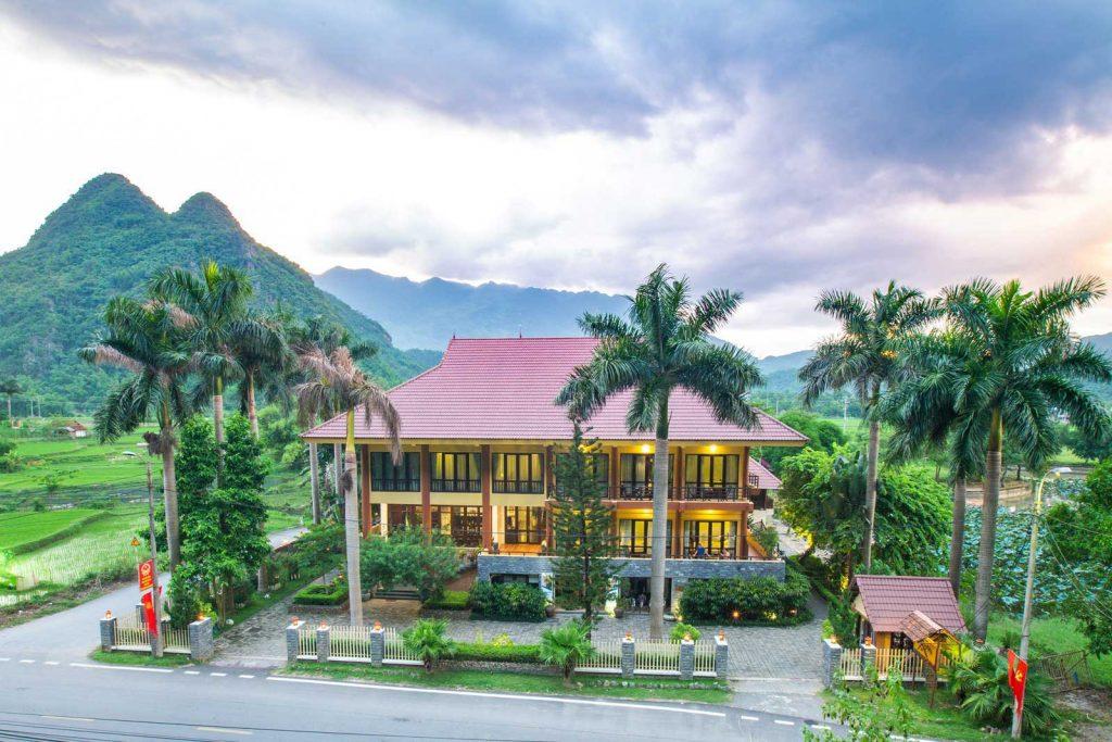 Toàn cảnh bên ngoài khách sạn Mai Châu Lodge Hòa Bình