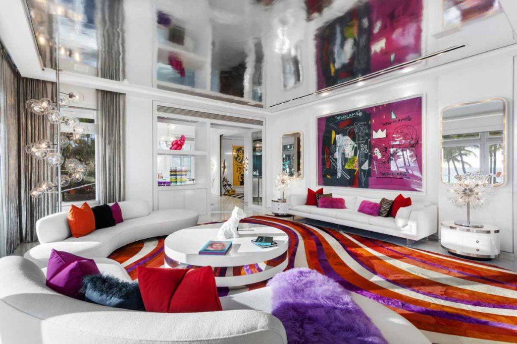 Phòng khách chính của biệt thự không chỉ đầy màu sắc mà còn có trần là tấm gương lớn, tạo nên độ sâu cho căn phòng.